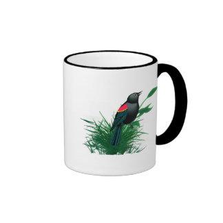 Mirlo de alas rojas en hierba alta tazas