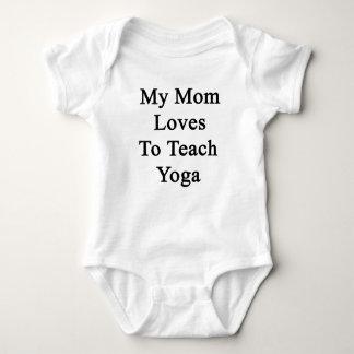Mis amores de la mamá para enseñar a yoga playeras