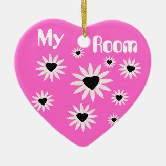 Mis flores del sitio, negras y blancas con los adorno navideño de cerámica en forma de corazón