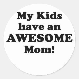 Mis niños tienen una mamá impresionante pegatina redonda
