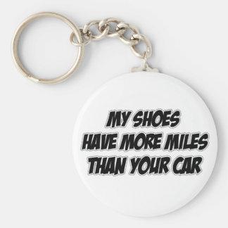 Mis zapatos tienen más millas que su coche llavero redondo tipo pin