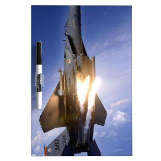 misil de lanzamiento del jet f-15 pizarra blanca
