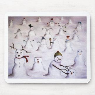 Misterio revelador en la colina del muñeco de niev alfombrilla de raton