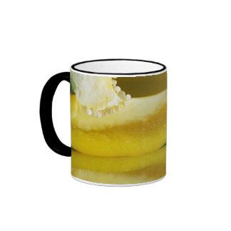 Mitad amarilla taza de café