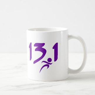 Mitad-maratón 13,1 de la púrpura taza básica blanca