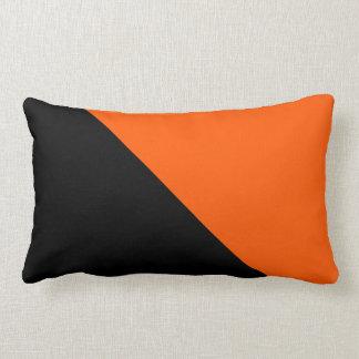 Mitades negras y anaranjadas almohada