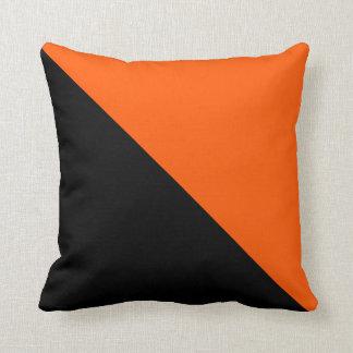 Mitades negras y anaranjadas almohadas