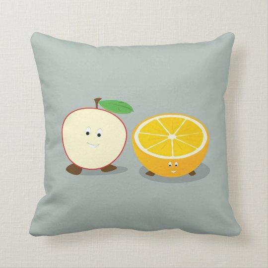 Mitades sonrientes de la manzana y del naranja cojín decorativo