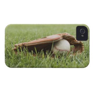 Mitón de béisbol con la bola en hierba iPhone 4 carcasas