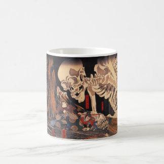 Mitsukuni que desafía el espectro esquelético taza