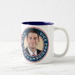 Mitt Romney y taza conmemorativa de Paul Ryan