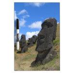 Moai en la isla de pascua tableros blancos