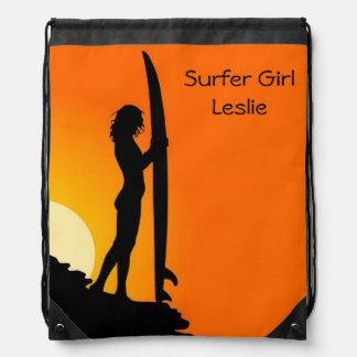 Mochila del chica de la persona que practica surf