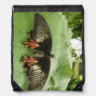 Mochila negra bonita de la mariposa del rojo y del