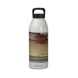 Moda lamentable resistida de las capas botella de beber