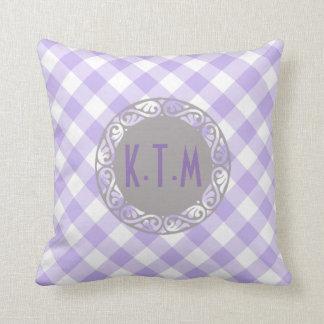 Moda linda del monograma del modelo de la guinga almohada