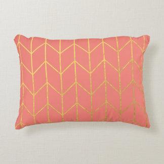 Moda moderna del fondo rosado coralino de Chevron Cojín Decorativo