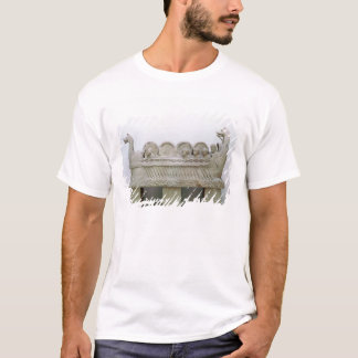 Model of a ship transporting wine on the T-Shirt
