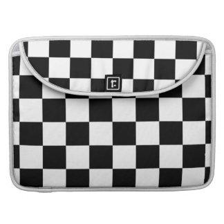 Modelo a cuadros blanco y negro funda macbook pro