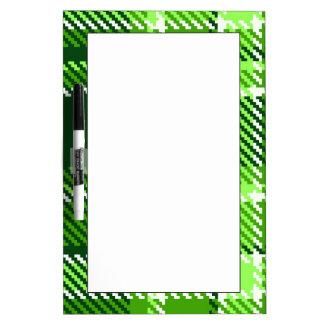 Modelo a cuadros del color verde pizarras blancas