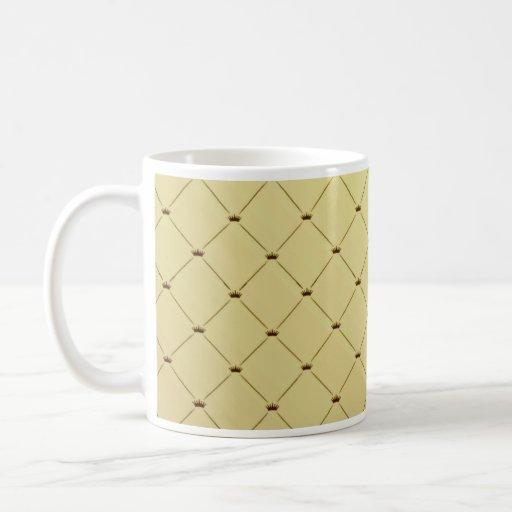 Modelo a cuadros negro en textura amarilla tazas de café