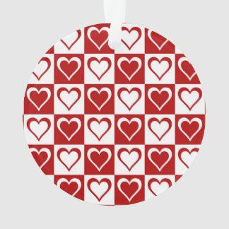 Modelo a cuadros rojo con los corazones