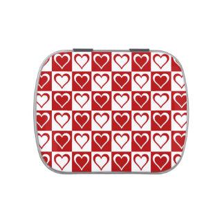 Modelo a cuadros rojo con los corazones latas de caramelos