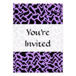 Modelo abstracto en negro y púrpura invitación