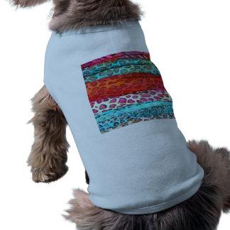 Modelo abstracto femenino del estampado de playera sin mangas para perro