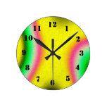 modelo abstracto multicolor reloj redondo mediano