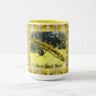 Modelo amarillo botánico amarillo oscuro de la taza de dos tonos