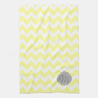 Modelo amarillo claro y gris con monograma de Chev Toalla