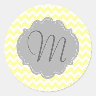 Modelo amarillo claro y gris con monograma de pegatina redonda
