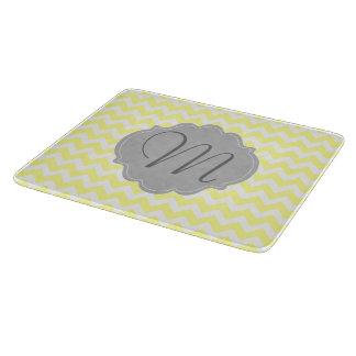 Modelo amarillo claro y gris con monograma de tabla para cortar