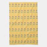 Modelo amarillo con los pájaros toalla