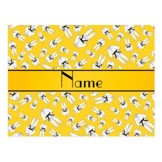 Modelo amarillo conocido personalizado del karate postales