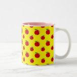 Modelo amarillo de la manzana taza de café