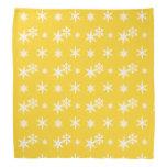 Modelo amarillo de los copos de nieve del navidad bandana