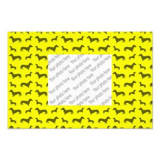 Modelo amarillo de neón lindo del dachshund