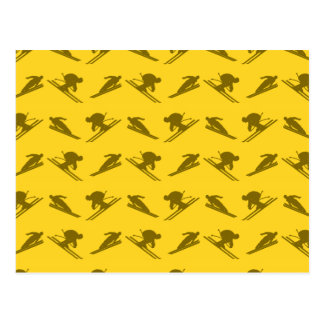 Modelo amarillo del esquí tarjeta postal