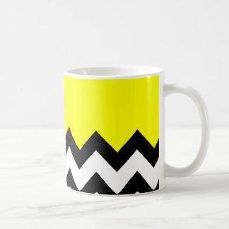 Modelo amarillo en el zigzag grande Chevron Taza Básica Blanca