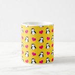 Modelo amarillo lindo de los corazones del pingüin tazas