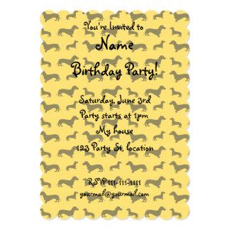 Modelo amarillo lindo del dachshund invitación 12,7 x 17,8 cm