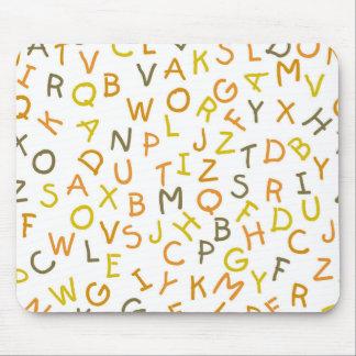 Modelo amarillo y anaranjado del alfabeto alfombrillas de ratones