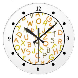 Modelo amarillo y anaranjado del alfabeto reloj redondo grande