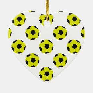 Modelo amarillo y negro del balón de fútbol adorno navideño de cerámica en forma de corazón