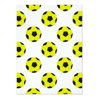 Modelo amarillo y negro del balón de fútbol invitación 13,9 x 19,0 cm