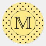 Modelo amarillo y negro del monograma de encargo pegatina redonda