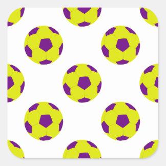 Modelo amarillo y púrpura del balón de fútbol pegatina cuadrada