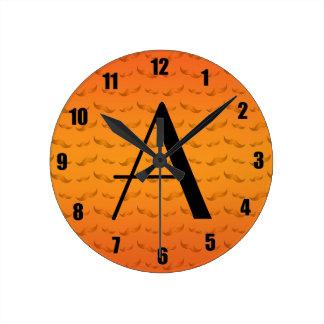 Modelo anaranjado brillante del bigote del monogra reloj